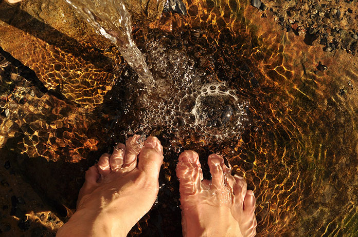 feet-in-the-water-2124781_1920